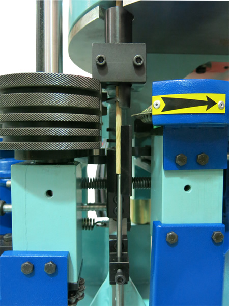Cutting chamfering device of the cross cutting machine for wood round doweld – CUT